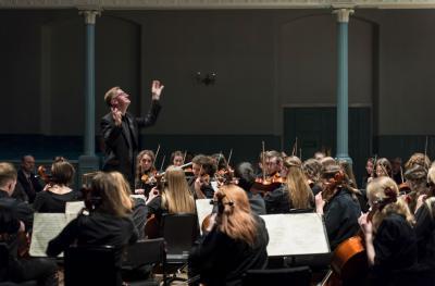 Resonate violin players