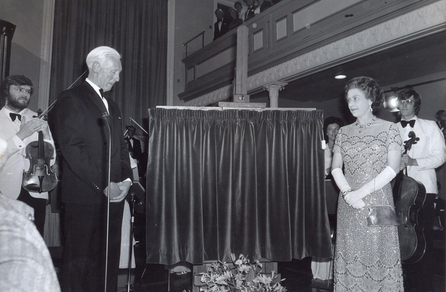 HM The Queen unveiling the plaque